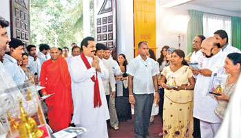 President Mahinda Rajapaksa and Ven. Suduhumpola Wimalasara Thera at a function held for artistes.