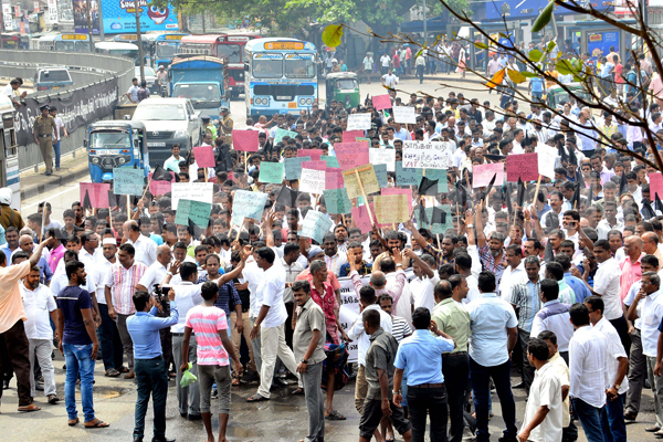 Pettah hampered with traffic owing to protest