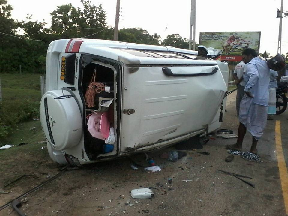 Van crashes into an electric pole: 5 injured