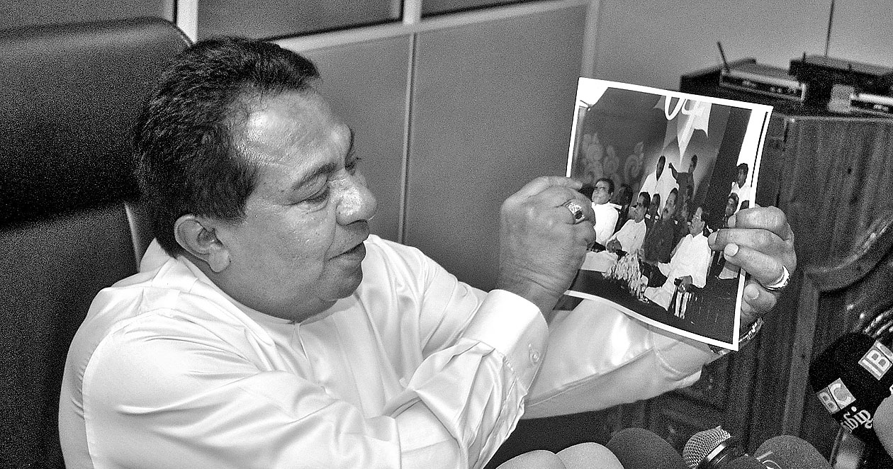 Minster S. B. Dissanayake exhibiting the picture of the SLFP Annual Convention held in Polonnaruwa, where Party Patron former President Mahinda Rajapaksa and Party Leader President Maithripala Sirisena sitting together. Picture by Halloluwa