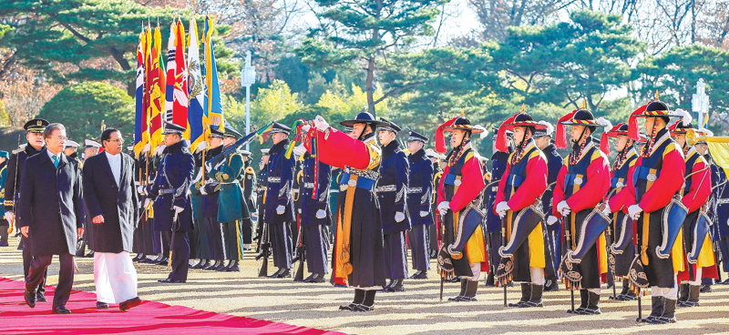President Maithripala Sirisena who is on a State visit to South Korea, received a Guard of Honour, in which Korean soldiers in current and traditional military uniforms presented arms.