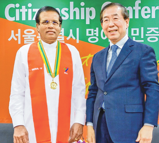 Park Won-soon, Mayor, Seoul Metropolitan Government, awarded the certificate to the President. Picture by Sudath Silva