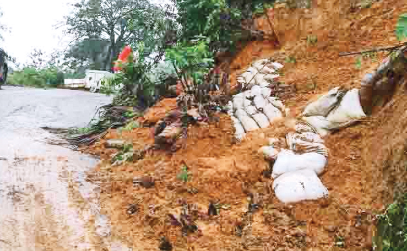 Balangoda, Welwalwatta and Ratnapura roads were blocked with an earthslip on the main road. Balangoda Special Corr, Sampath  Priyananda