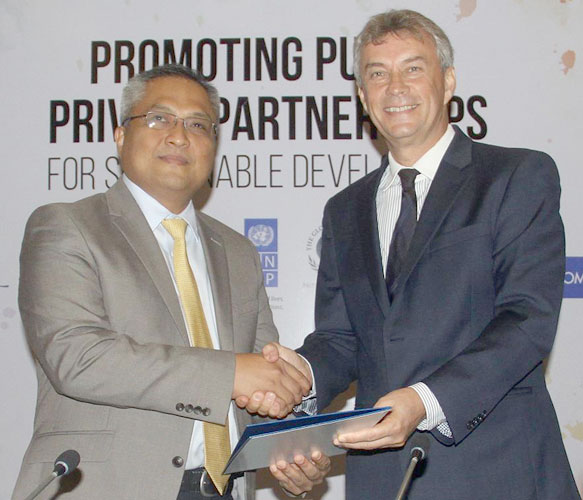 UNDP Sri Lanka Country Director, Jorn Sorense exchanging the agreement with Carl Cruz, Chairman, Unilever. Pictures by Chaminda Niroshana