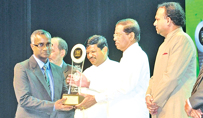 Officials receiving the award from President Maithripala Sirisena and Minister Navin Dissanayake