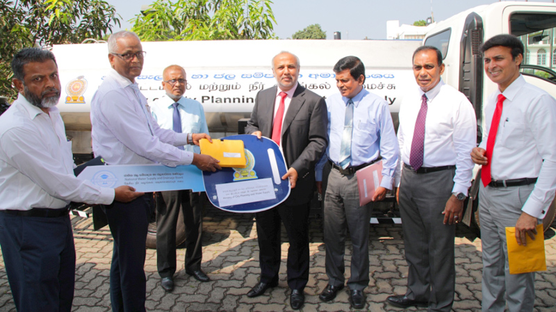 Minister Rauf Hakeem distributing the bowsers.