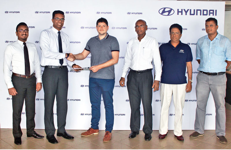 Julian Reuter, Director of Hyundai Lanka exchanging the MoU with Nadun Kumara, the Head of Operations at Omentra.com