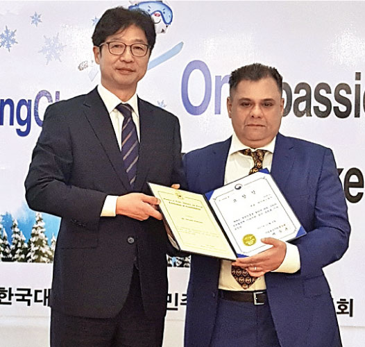 Behman Pestonjee receiving the award from Heon Lee, Ambassador of the Republic of Korea.
