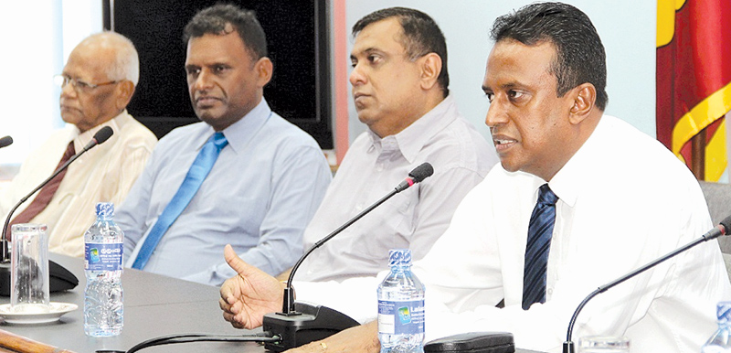 SLEMBG Chairman and Sri Lanka Rupavahini Corporation Chairman Ravi Jayawardena addressing the meeting.SLEMBG Treasurer VFM Chairman Shanel Mendis, Vice Chairman Neth FM CEO Asanga Jayasuriya and members Piyadasa  Rathnasinghe (ITN), Siril Samuel (Swarnavahini), Viraj Hettiarachchi  (Sitha FM), Wilson Silva (Hiru) and SLEMBG coordinator Nuwan Liyanage participated. Picture by Roshan Pitipana.