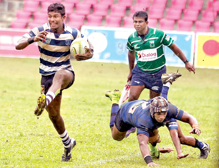 Josephian winger Cheka Wijewardena (with ball in hand) on his way to score their first try against S. Thomas', Mt. Lavinia.