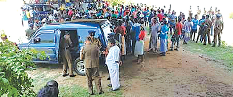 Police and residents near the Mahaweli River. Picture by A. M. A. FAREED, Trincomalee District Special Corr.