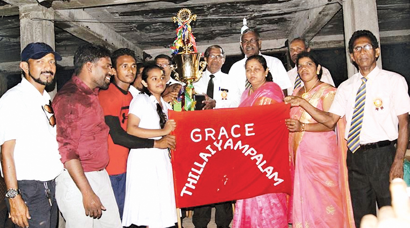 The Captain of Thillaiyampalam House receiving the trophy Picture by: I.L.M.RIZAN