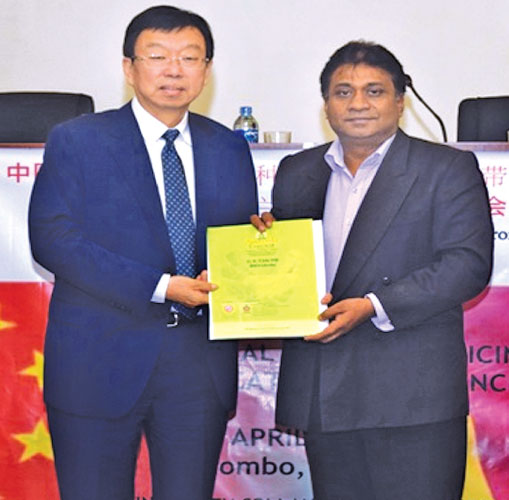 A Chinese delegation of Herbal Medicine and Pharmaceutical Industry sector, visited the National Chamber of Commerce (NSSCL) Chamber recently and met a large number of their counterparts in Sri Lanka and had fruitful discussions with them. The head of delegation from China exchanging souvenirs with the President of the National Chamber of Commerce, Sujeeve Samaraweera, at the meeting.