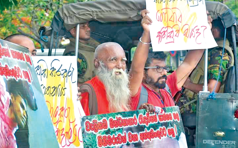 The family members of the prisoners killed in the Welikada prison riot in 2012 held a demonstration in front of the Colombo Chief Magistrate's Court yesterday demanding the arrest of all those responsible for the incident.
