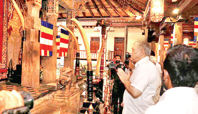 India's Chief of Army Staff General Bipin Rawat paid a visit to the most Sacred Tooth Relic at the Sri Dalada Maligawa in Kandy yesterday. Major General Rukmal Dias, Commander, Security Forces – Central (SF-Cen) received the Indian Chief of Army Staff on the occasion.