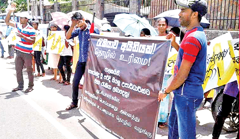 A section of the protestors. Picture by Mahinda P. Liyanage, Galle Central Special Corr.