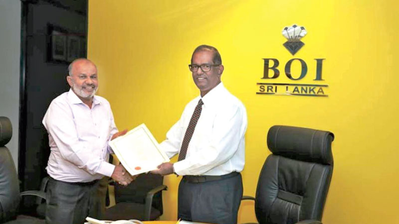 Chairman of Ultra Holding Aluminum Private Limited and Kattankudy Nazeela Group of Company, I. L. Akber and the Chairman of BOI, Dumindra Ratnayaka exchange the agreement