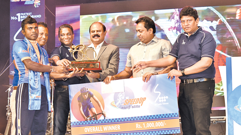 Men's overall winner SL Army's Gihan Pushpakumara receiving the champions award and cash prize