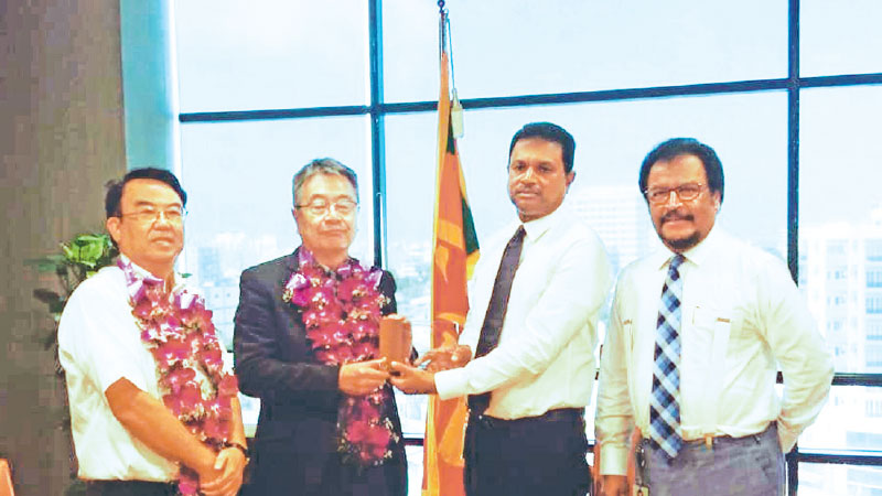 LAUGFS Holdings Chairman, W. K. H. Wegapitiya and Group Managing Director, Thilak De Silva receiving the appreciation award from Airman Japan Director / General Manager, Hitoshi Miyake