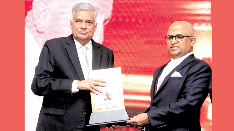 Prime Minister Ranil Wickremesinghe receives the Most Admired National Leader in Sri Lanka Award from International Chamber of Commerce (ICC) India President Jawahar Vadivelu.