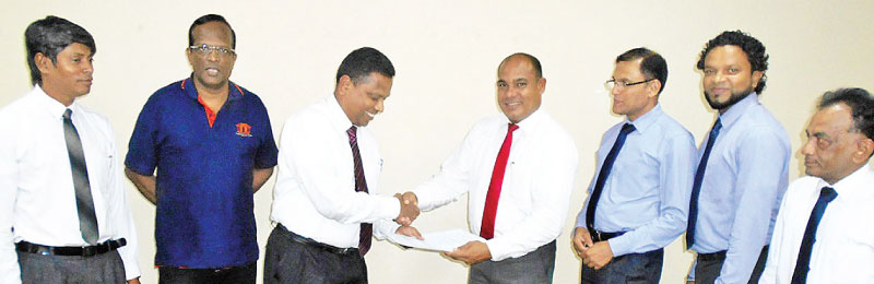 HDFC Bank CEO/GM, Palitha Gamage exchanges the copies of the signed MoU with Wasantha Premalal Perera, Deputy General Manager of Sanasa Insurance Company Limited