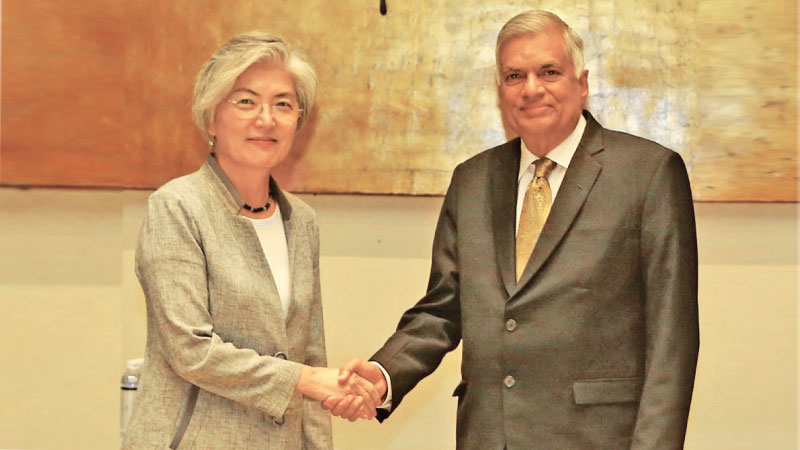 South Korean Foreign Minister Kang Kyung Wha met Prime Minister Ranil Wickremesinghe in Hanoi on the sidelines of the World Economic Forum held at the National Convention Centre in Vietnam. Picture courtesy Prime Minster's Media
