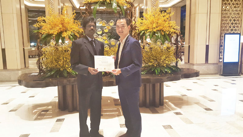 "Chia Hock Lai receive ""Master Financial Planner"" Certification from Rajkumar Kanagasingam, GAFM Representative in Sri Lanka and the Maldives and Facilitator of the Asia - Pacific Executives Forum, at Shangri-La Hotel, Colombo recently"