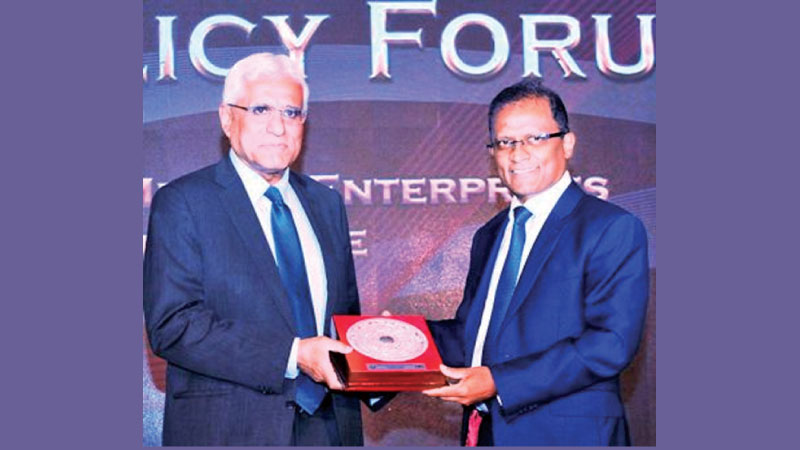 General Manager Bank of Ceylon, Senerath Bandara presenting a token to Central Bank Governor Dr. Indrajit Coomaraswamy