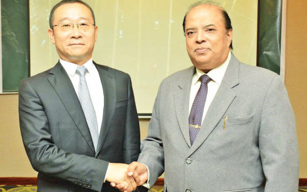 Consultant for Baqian Law Group Sri Lanka, Sunil Abeyratne welcoming Chairman, Baqian Law Group, Zhao Yao at Colombo Hilton. Picture by Sudath Malaweera