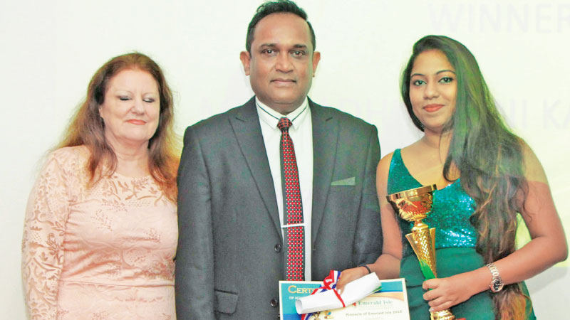 Winner of the 'Pinnacle of Emerald Isle' receiving her award from CEO of EIMTS Hemantha Sapumohotti
