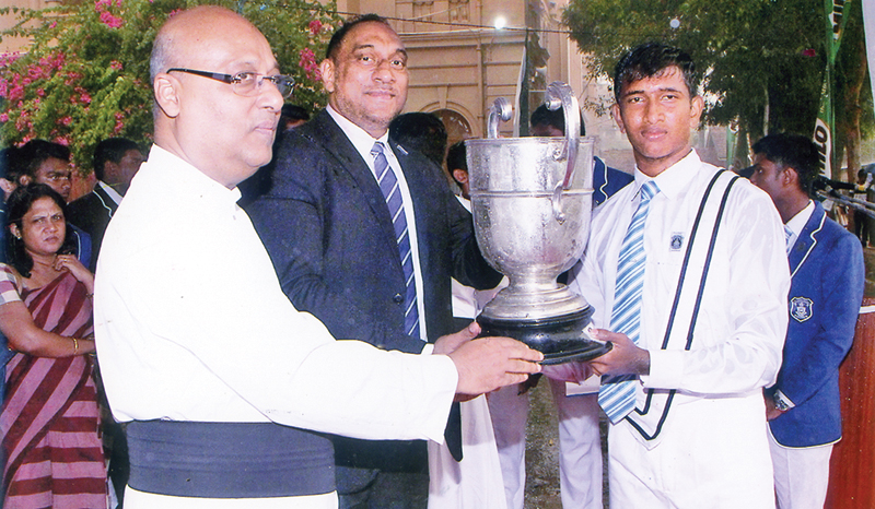 The Chief guest, Alexy Gunasekera, Josephian Athletic captain of 1987 is handing over the Overall championship trophy to the winning Bonjean House. Captain Rev. Fr. Travis Gabriel, the Rector of SJC is also in the picture. Picture by Joseph Pins- Wattala Special Correspondent