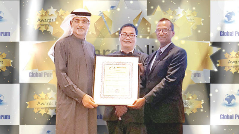 SAGT General Manager Operations, Upul Jinadasa being presented the award by His Excellency Mohammed Sharaf, Assistant Minister of Foreign Affairs & International Co-operation for Economic & Trade Affairs of UAE in the presence of Mr. Thiomas Ng, Chaiman of The Global Ports Forum.