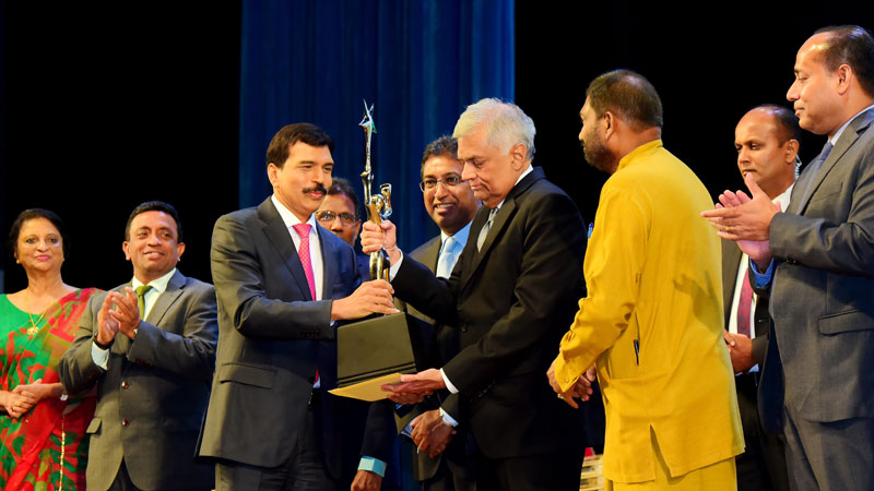 Bandara Dissanayake receiving the award from  Prime Minister Ranil Wickremasinghe while Ministers Daya Gamage, Harsha De Silva and Officials of FCCISL Looking on