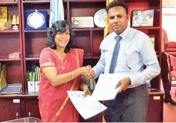 Dr. Kumari Grero, Directress of Lyceum Group of Companies and Upul Daranagama, Chairman of Horizon Group of Companies exchanging the MoU.