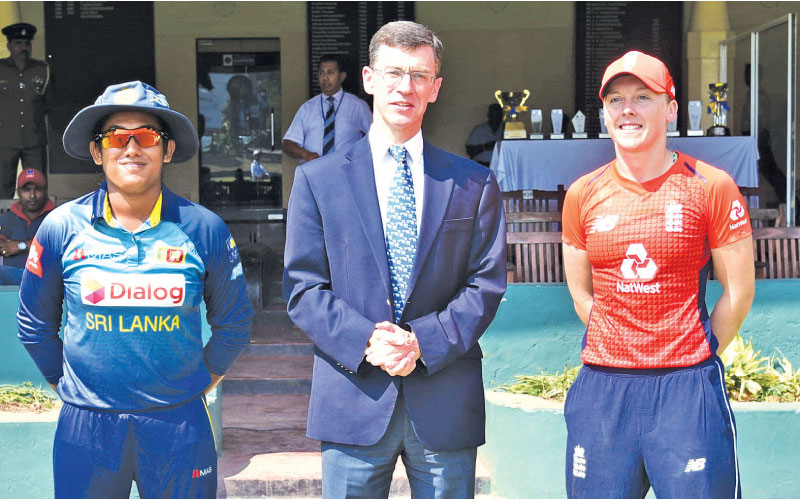 The British High Commissioner to Sri Lanka, James Dauris, with Sri Lanka Womens captain Chamari Atapattu and England Womens captain Heather Knight.