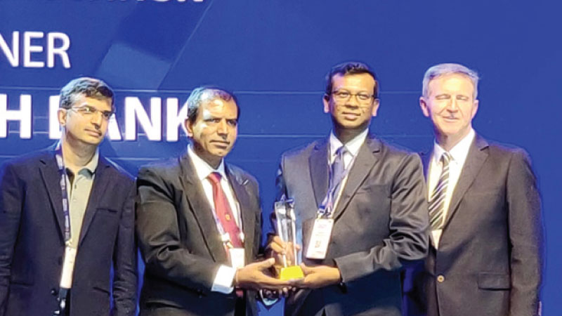 Thushantha Sumiththarachchi, Chief Manager Systems and Procedures, Sampath Bank and Lakshman Benaragama, Manager Systems and Procedures, Sampath Bank  accept the award.