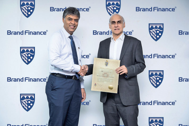 Officials of Keells receives the Most Valuable Supermarket Brand award from Brand Finance officials.