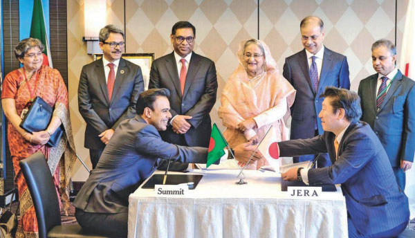 Prime Minister Sheikh Hasina looks on as officials of Summit Corporation and JERA Asia shake hands at the New Otani Hotel in Tokyo  when the two entities signed a memorandum of understanding to initiate an energy infrastructure project in Matarbari, Cox's Bazar. Photo: Summit