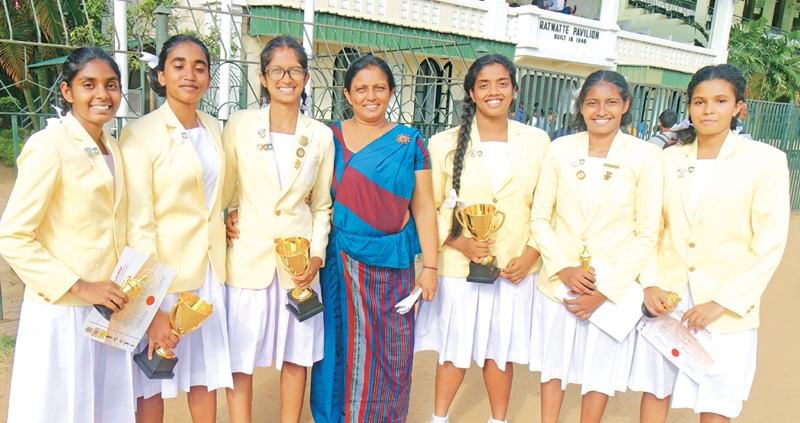 The Captains and the Best Players of the Netball team of Hillwood College with the Coach Aruni Hemakumari(in the middle) (From left) Tharindu Wijenayake(Best Player Under 18) Dinuli Munasinghe(Captain-Under 16)Jayathri Wijewardena(Captain Under 20) Rowindi Abeysinghe(Captain Under 18) Malifhi Dissanayake (Best Player Under 20) and Udari Guruge (Best Player Under 16). Pic. by Upananda Jayasundera-Kandy Sports Spl.Corrs
