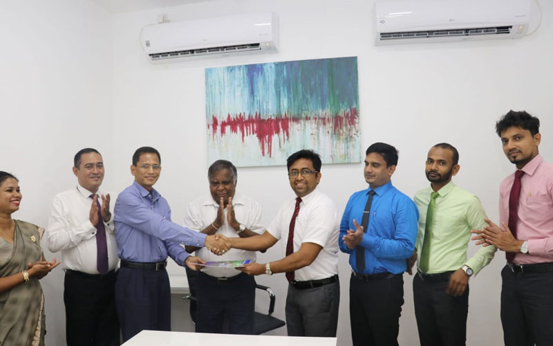 Tuli Cooray, Secretary General of JAAF (center) From Left Pricilla Moses, Advisor Lak Insurance, Sanjeewa Perera Director CH17 Loyalty, Jumar Preena CEO CH17, Pubudu Wimalaratne COO Cooperative Insurance, S Premkumara, Sales Promotion Manager, Akila Paranavithana, Manager, Technical Operations and Chithaka Niranga, Brand Manager at the exchanging of documents at the event