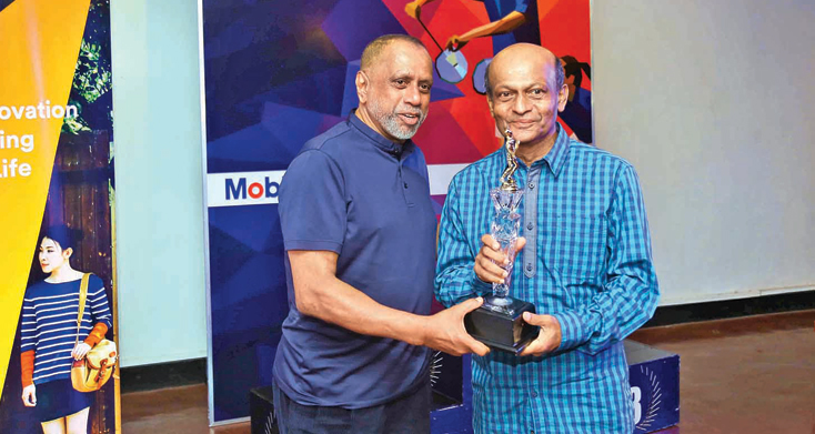 President of Sri Lanka Badminton Association, Rohan de Silva, presenting a memento to veteran coach and World Badminton Association Match Referee Ajith Wijesinghe, in recognition of his service to the sport, during the awards ceremony of the Ceylon Masters Badminton Tournament held at the 80 Club in Colombo.