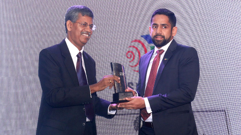 Hiran Samarasinghe, Head of Investor Relations and Strategy receives the award from Manjula De Silva, Chairman of National Insurance Trust Fund