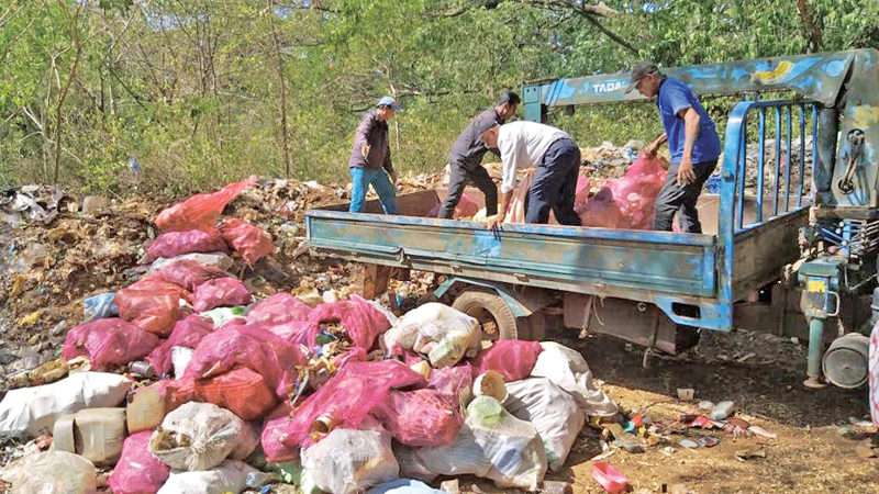 Residents loading garbage onto a tractor. Picture by I.A. Kumara, Naula Group Corr.