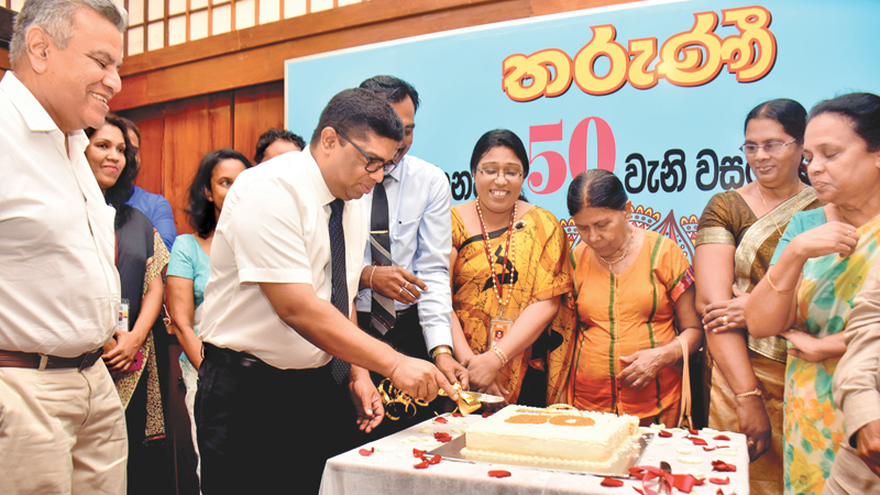 ANCL Chairman Krishantha Cooray cutting the cake to mark the golden jubilee of Tharunee newspaper. ANCL Director Editorial Lalith Allahakkoon, former Editor of Tharunee, Anula De Silva and Tharunee staff look on.