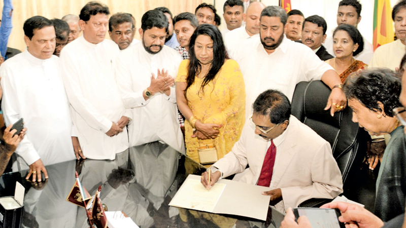 SP Governor Hemal Gunasekara assumed duties yesterday. Parliamentarians Nishantha Muthuhettigama and Piyasena Gamage, former Western Provincial Ministers Gamini Thilakasiri and Hector Bethmage and the Governor's spouse Nalini Gunasekera look on. (Picture by Mahinda P.Liyanage - Galle Central Special Correspondent)
