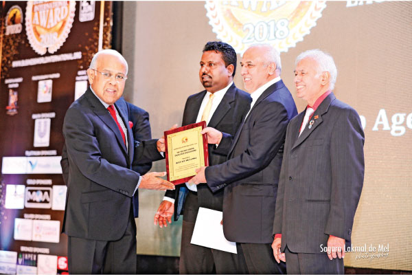 Deshabandu Tilak de Zoysa receiving the award from Minister Rauff Hakeem at the ceremony