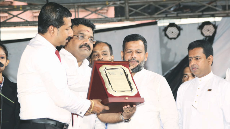 Minister Rishad Bathiudeen (second from right) receives a CBA souvenir from CBA Chief Secretary Chaminda Vidanagamage (far left) as the President of CBA, Dr. D. Venkateshwara (second from left) and State Minister Buddhika Pathirana (far right) look on at the launch of Pettah Fiesta on 10 August.