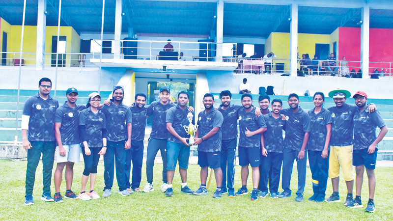 Mitra Innovation MPL 2019 finalists Titans and Vikings teams with the trophy