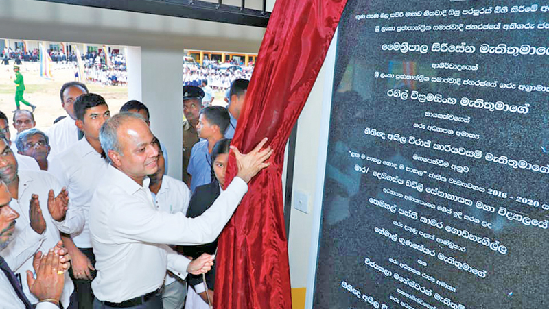 Minister Sagala Ratnayaka unveils the plaque to mark opening of a new school building.