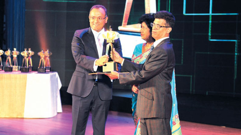 Dee Liyanwela, Global Head of Shared Services Centres and Head of LSEG Technology receives hte award